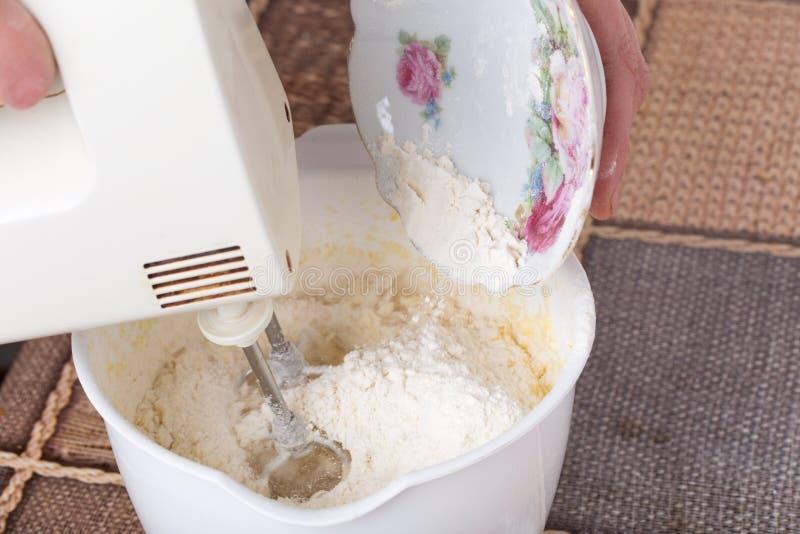Mieszać ciasto z mąką fotografia royalty free