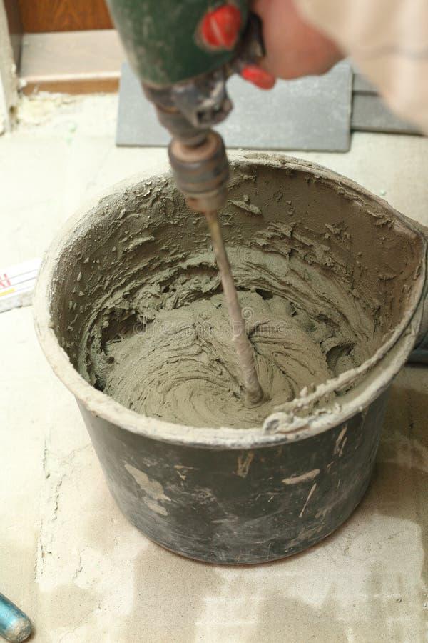 Mieszać Dachówkowy cementowy z władza świderem lub adhezyjnego obrazy stock