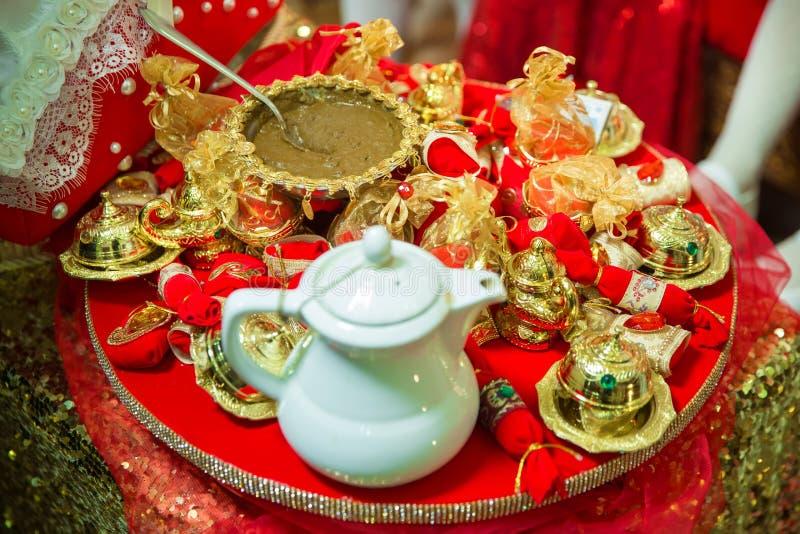 Mieszać hennę dla włosy Naturalny henna kolor mieszający klajstrującym w pucharze Henna stół Złota dekoracja dla henny obraz royalty free
