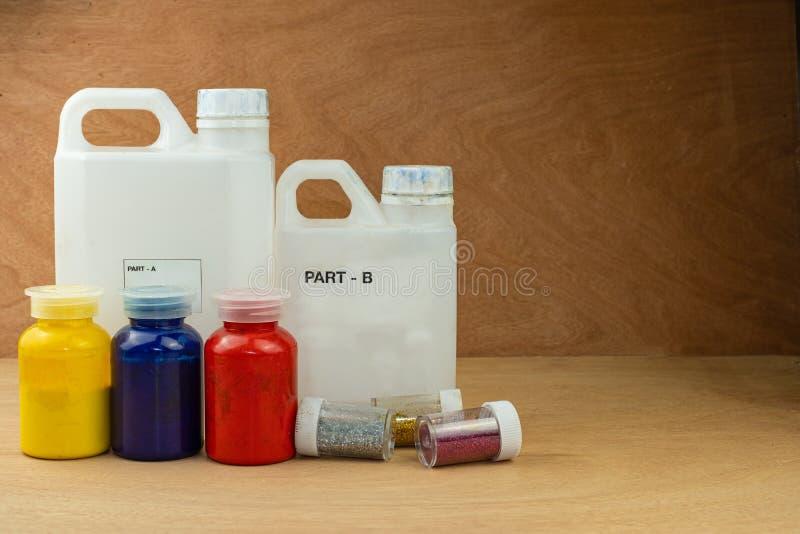 Mieszać koloru epoxy żywicę w plastikowej filiżance fotografia royalty free