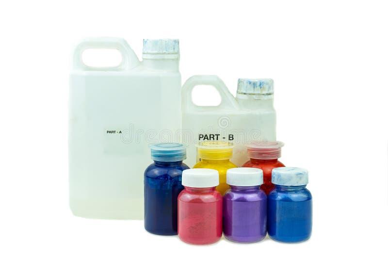 Mieszać koloru epoxy żywicę w plastikowej filiżance obrazy stock