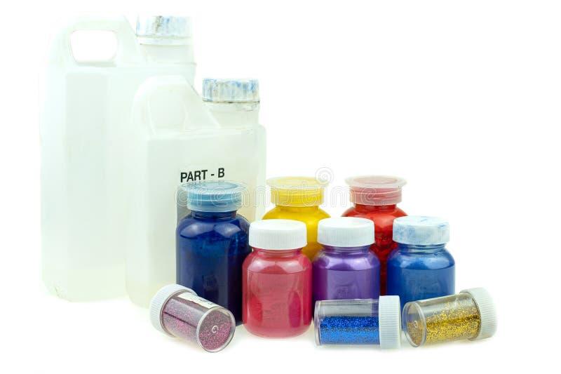 Mieszać koloru epoxy żywicę w plastikowej filiżance zdjęcia stock