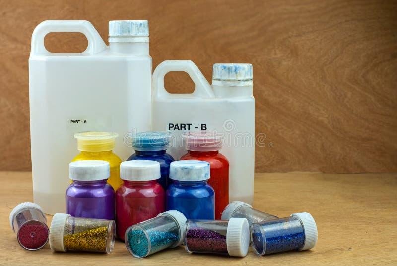 Mieszać koloru epoxy żywicę w plastikowej filiżance obrazy royalty free