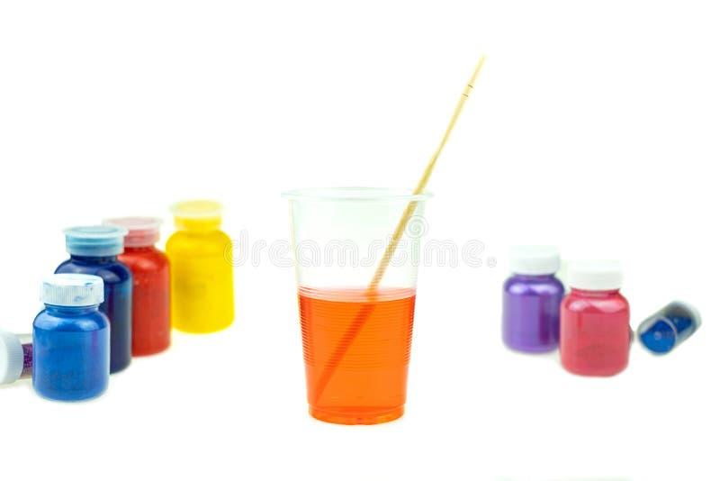 Mieszać koloru epoxy żywicę w plastikowej filiżance zdjęcie stock