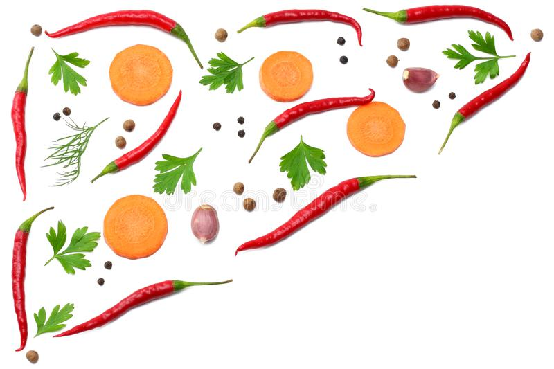 miesza gorących chili pieprze z pietruszką, pokrojoną marchewka i czosnek odizolowywająca na białego tła odgórnym widoku fotografia stock