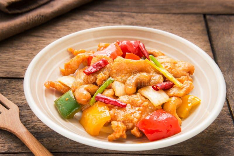 Miesza podpalającego kurczaka z nerkodrzew dokrętkami, Tajlandzki jedzenie obraz royalty free