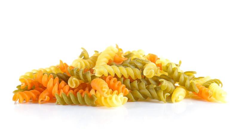 Miesza pomidoru, szpinaka makaronu spirala na białym tle fotografia stock