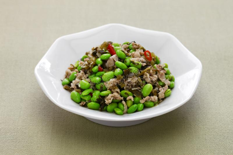 Miesza smażących edamame i śniegu warzywa, chińska kuchnia obrazy royalty free