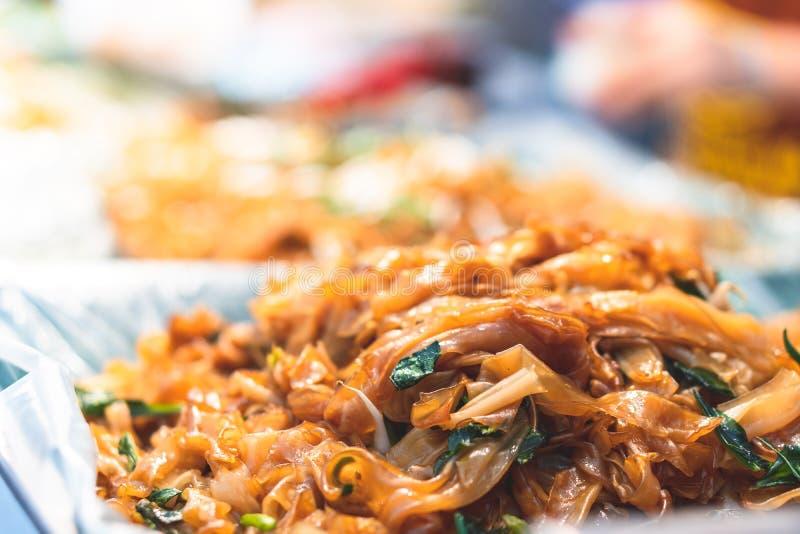 Miesza smażących kluski na ulicznym jedzeniu w Tajlandia zdjęcie stock