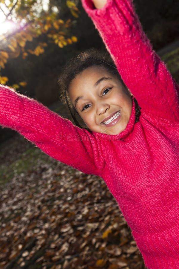 Mieszana Biegowa amerykanin afrykańskiego pochodzenia dziewczyna Bawić się w parku obraz royalty free