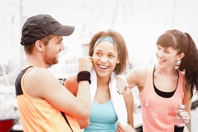 Mieszana biegowa grupa szczęśliwi biegacze fotografia royalty free