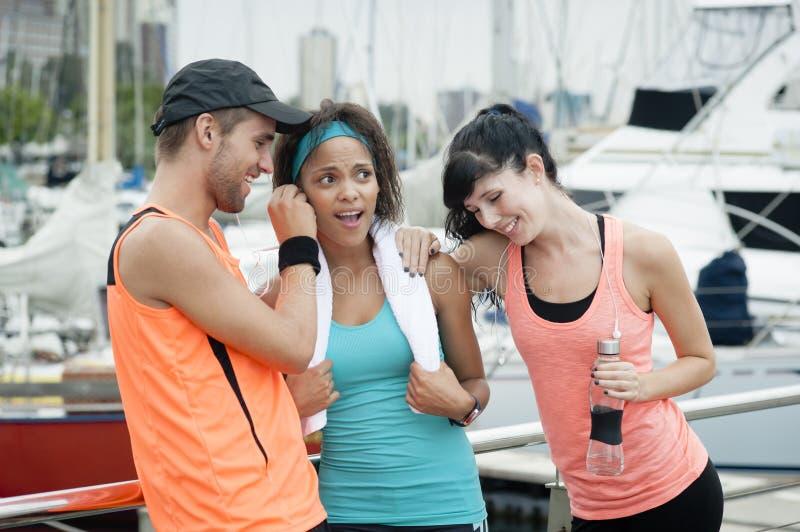 Mieszana biegowa grupa szczęśliwi biegacze zdjęcie stock