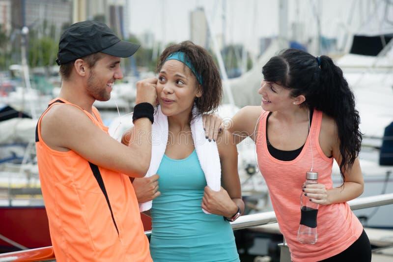Mieszana biegowa grupa szczęśliwi biegacze obraz stock