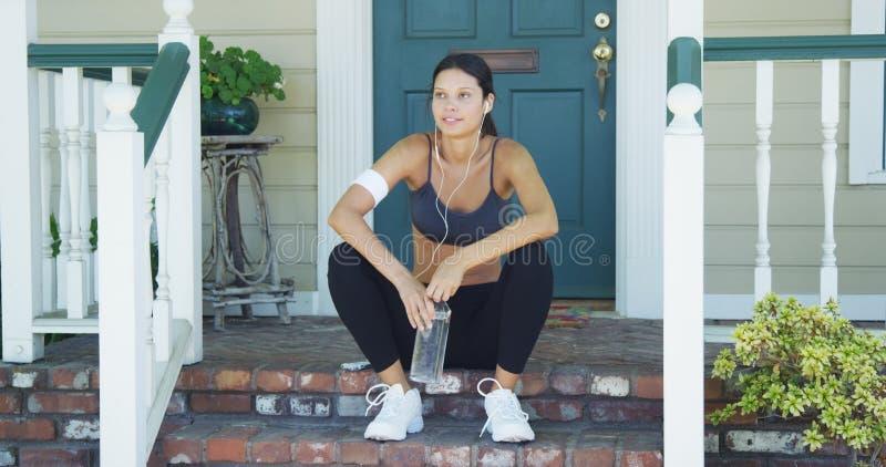 Mieszana biegowa kobieta odpoczywa na ganeczku zdjęcie stock