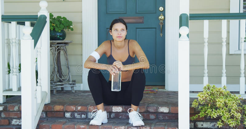 Mieszana biegowa kobieta odpoczywa na ganeczku obraz stock