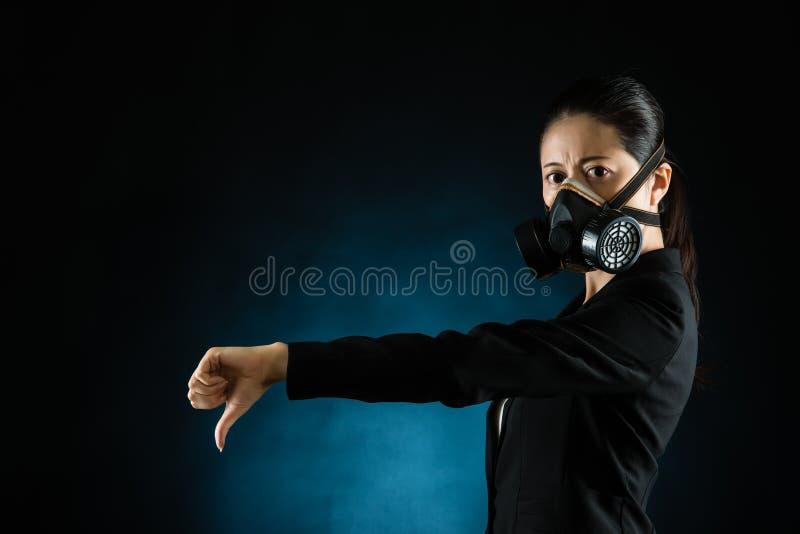 Mieszana biegowa kobieta pokazuje kciuki zestrzela rękę zdjęcia royalty free