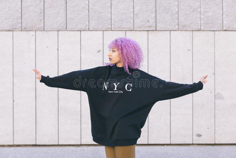 Mieszana biegowa murzynka z purpurowym afro włosy i Nowy Jork swea obraz royalty free
