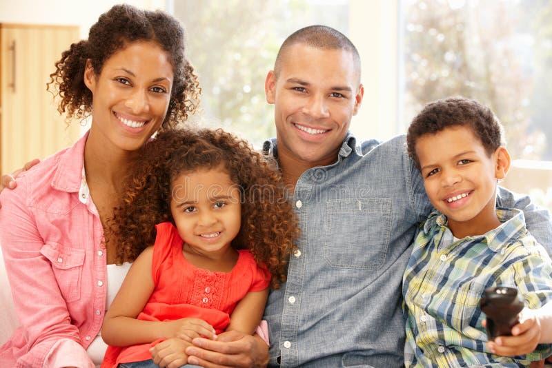 Mieszana biegowa rodzina w domu obrazy royalty free