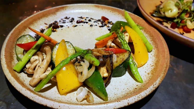 Mieszana piec na grillu warzywo zawierać czerwień, kolor żółty, zielony Dzwonkowy pieprz, pieczarka, asparagus i cebula, obraz stock