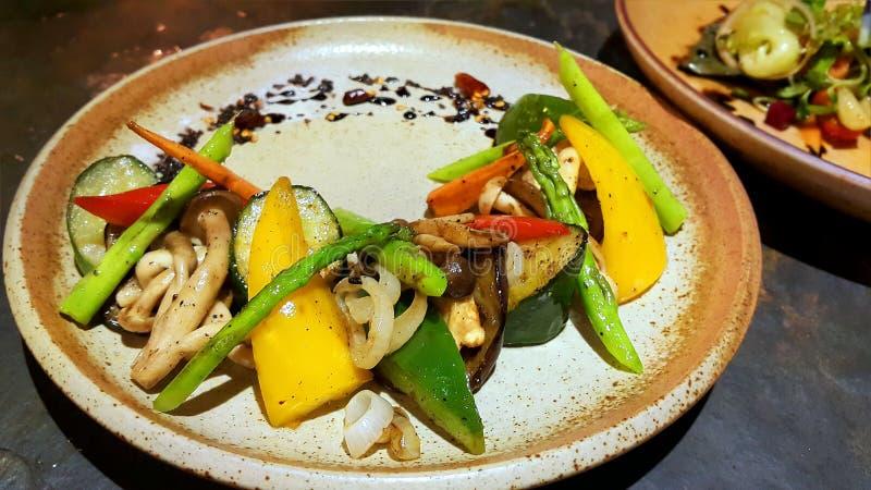 Mieszana piec na grillu warzywo zawierać czerwień, kolor żółty, zielony Dzwonkowy pieprz, pieczarka, asparagus i cebula, obrazy royalty free