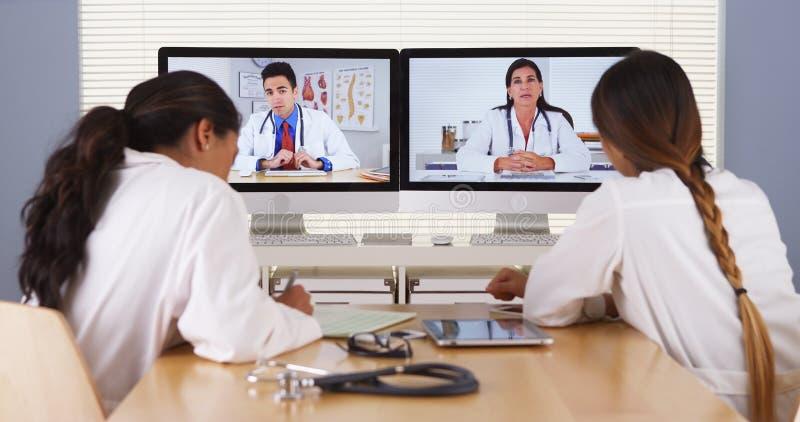 Mieszana rasy drużyna lekarzi medycyny ma wideokonferencja zdjęcie royalty free