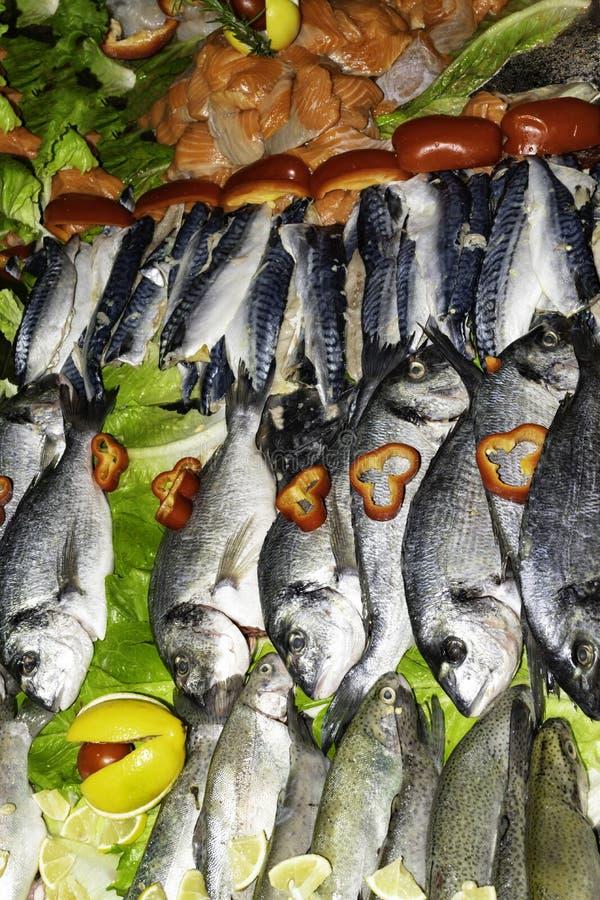 Mieszana ryba dla sprzedaży na rynku z warzywami, denny leszcz, orata, dorada, łosoś, pstrąg, makrela, zdrowy łasowania pojęcia w obraz royalty free