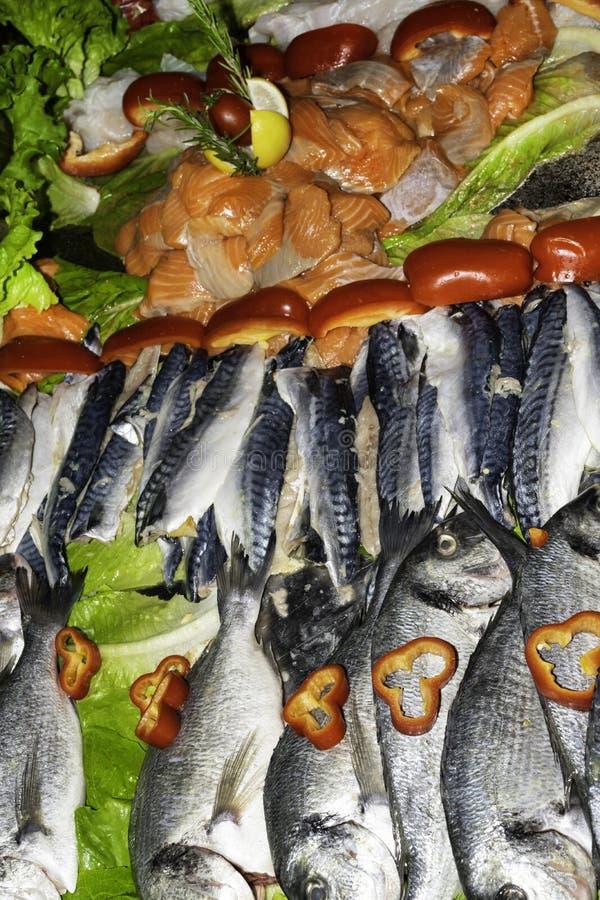 Mieszana ryba dla sprzedaży na rynku z warzywami, denny leszcz, orata, dorada, łosoś, pstrąg, makrela, zdrowy łasowania pojęcia w zdjęcia royalty free