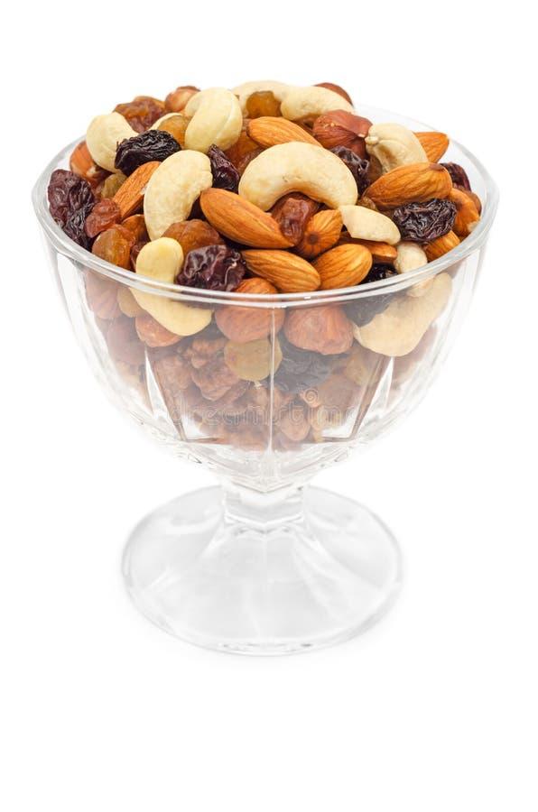 Mieszane dokrętki i suche owoc w szklanym pucharze zdjęcia royalty free