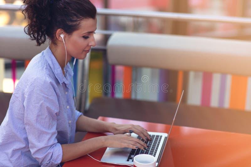 Mieszanego biegowego żeńskiego spełniania biznesowe negocjacje na wideo gadce Telecommuting pojęcie fotografia royalty free