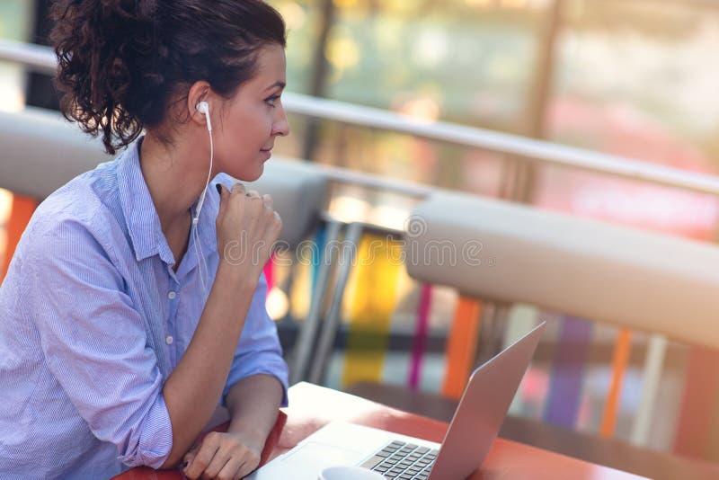 Mieszanego biegowego żeńskiego spełniania biznesowe negocjacje na wideo gadce Telecommuting pojęcie obrazy stock