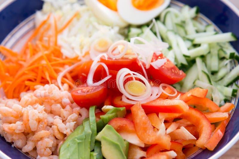Mieszanek warzywa sałatkowi z garnelami obraz royalty free
