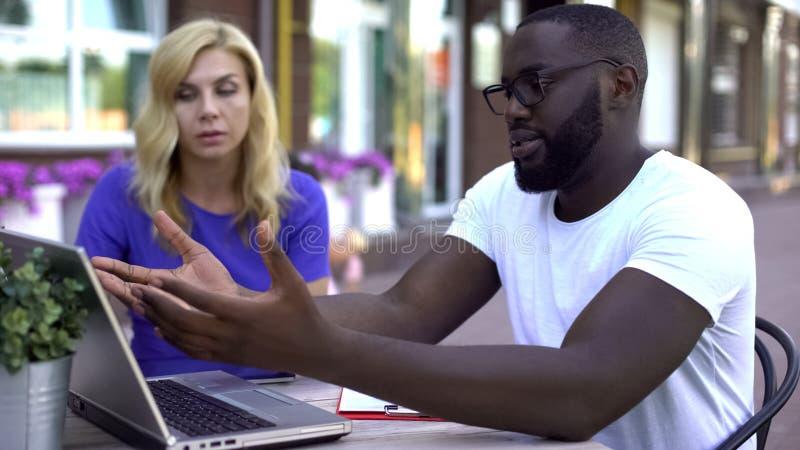 Mieszani ścigający się partnery biznesowi dyskutuje, zaczynają w górę projektów problemów, ostateczny termin fotografia royalty free