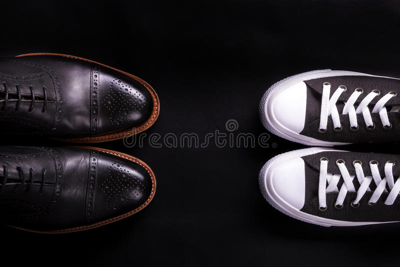 Mieszani buty Oxford i sneakers but na czarnym tle Różny styl mężczyzna moda Porównuje formalny przypadkowego Odgórny widok polic obrazy royalty free
