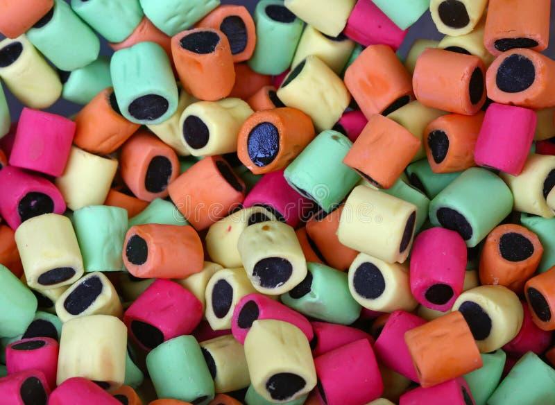 Mieszanka asortowani kolorowi lukrecjowi cukierki obraz stock