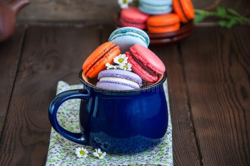Mieszanka barwioni macarons w błękitnym słoju fotografia stock