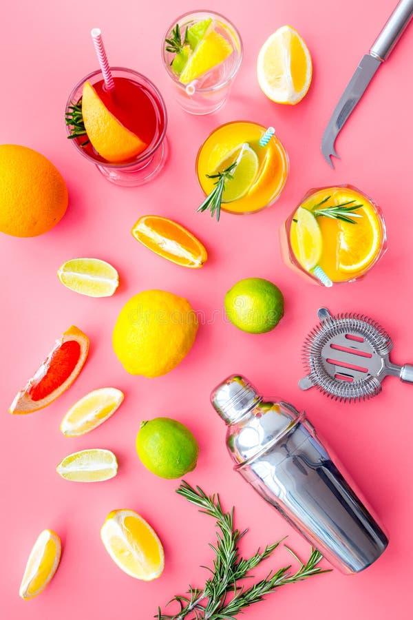 Mieszanka egzotyczny owocowy koktajl z alkoholem Potrząsacz i durszlak blisko cytrusa szkła z koktajlem na menchiach i owoc obraz royalty free