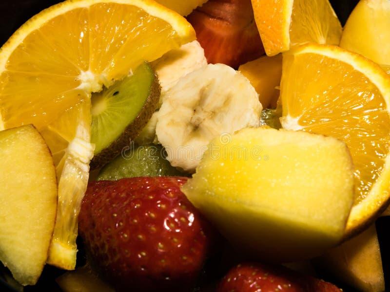 Mieszanka tropikalne owoc na czarnym tle zdjęcia royalty free