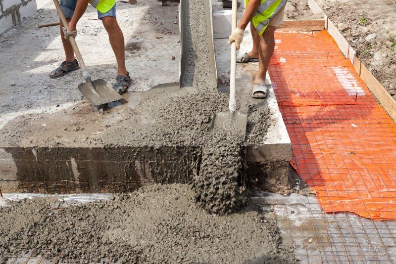 Mieszany betonowy dolewanie przy budową fotografia stock