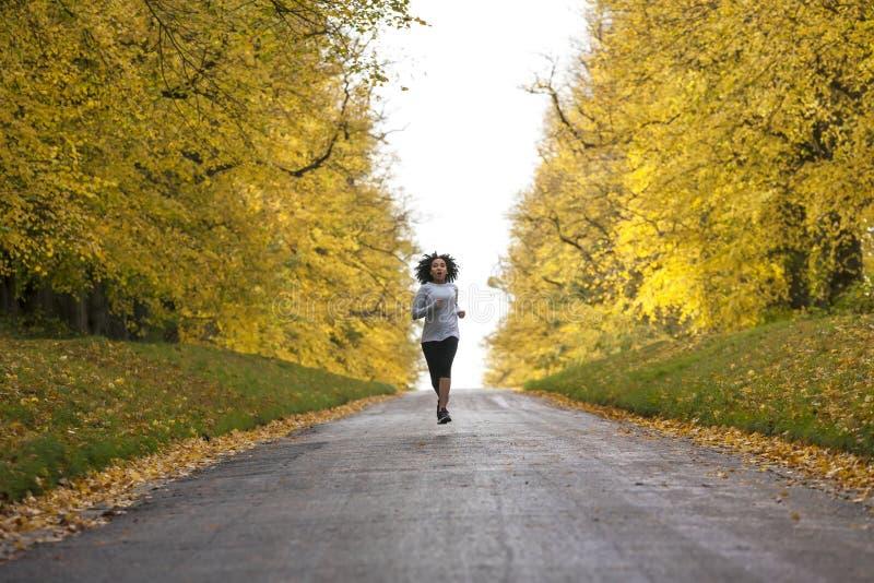 Mieszany Biegowy amerykanin afrykańskiego pochodzenia kobiety nastolatka sprawności fizycznej bieg fotografia stock