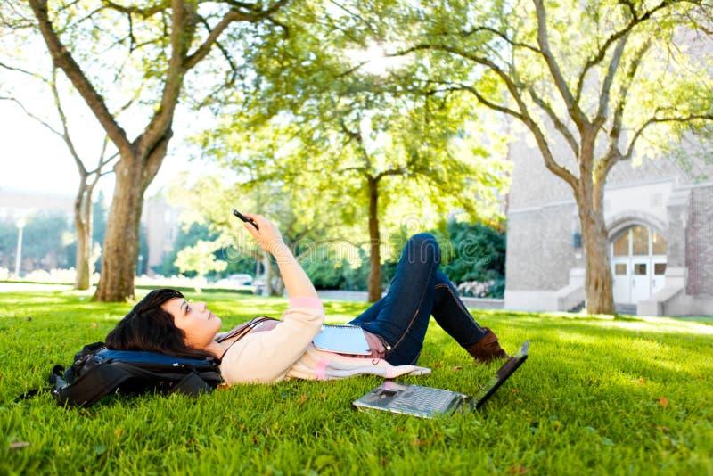 mieszany biegowy studencki texting fotografia royalty free