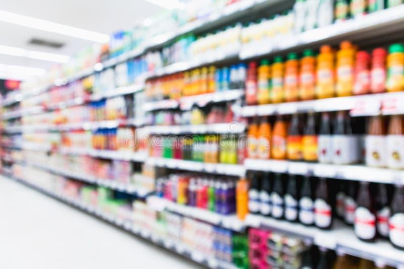 Mieszany koncentrat soku owocowego i sok owocowy na półkach w supermarkecie obraz stock