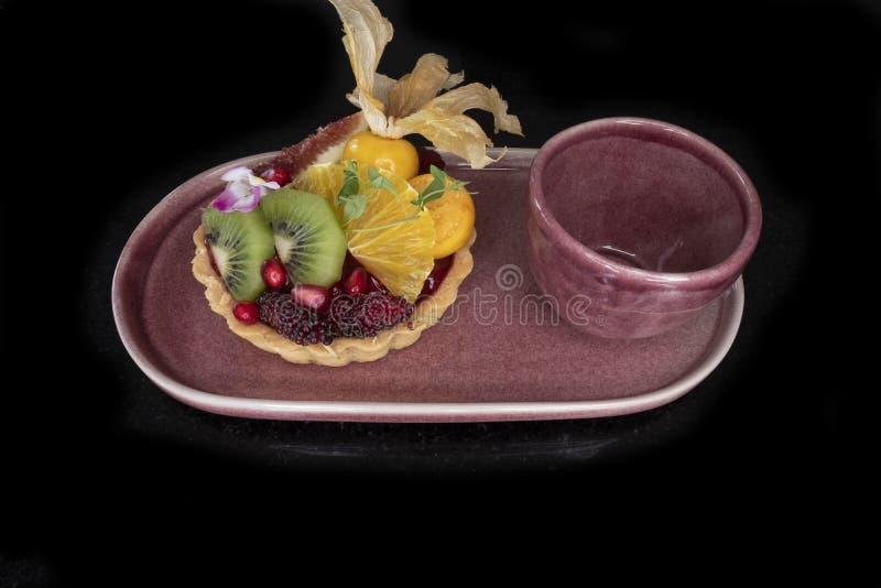 mieszany owocowy cytryny tarta i herbaciana fili?anka zdjęcie stock