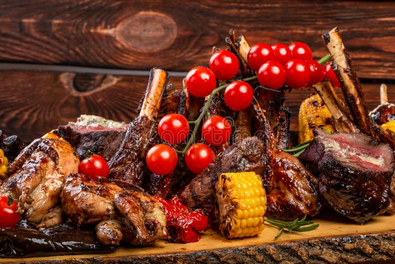 Mieszany Piec na grillu mięso i warzywa na drewnianym tle obrazy royalty free
