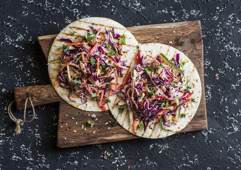 Mieszany warzyw i kurczak sałatki tortilla na drewnianej desce, odgórny widok obrazy stock