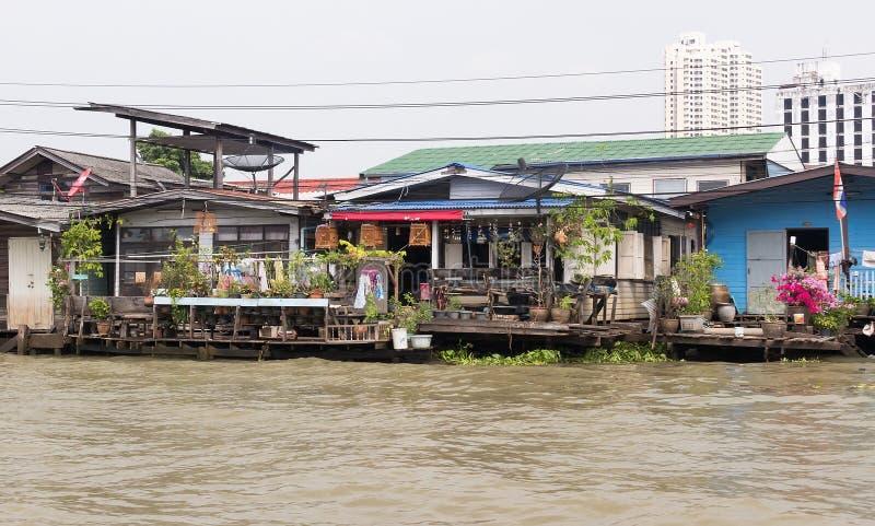 Mieszkania biedni ludzie na bulwarze Bangkok zdjęcie stock