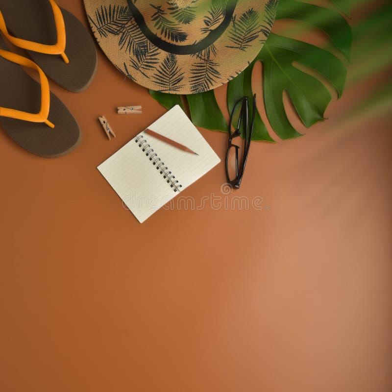Mieszkania nieatutowego, odgórnego widoku workspace z oczu szkÅ'ami, notatnik, kapelusz, ołówek, zielony liść, buty i filiż zdjęcia royalty free