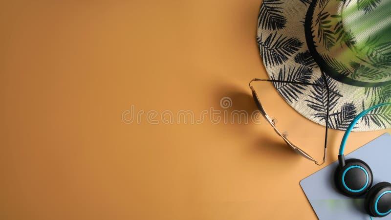 Mieszkania nieatutowego, odgórnego widoku workspace z oczu szkłami, notatnik, kapelusz, słońce blok, buty i filiżanka na żà obrazy royalty free