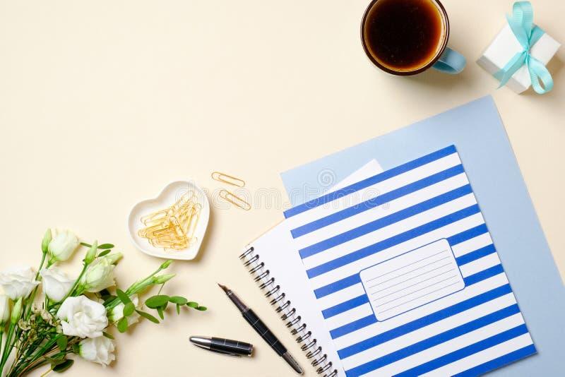 Mieszkania nieatutowy żeński workspace z kobiecymi złotymi mod akcesoriami, prezent, papierowy notatnik, notepad, filiżanka, piór zdjęcia stock