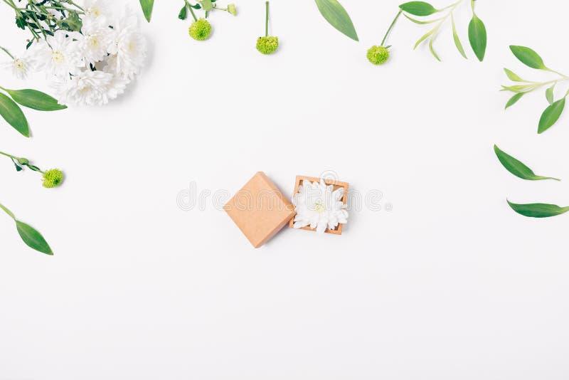 Mieszkania nieatutowy kwiecisty przygotowania otwarty mały prezenta pudełko obraz stock