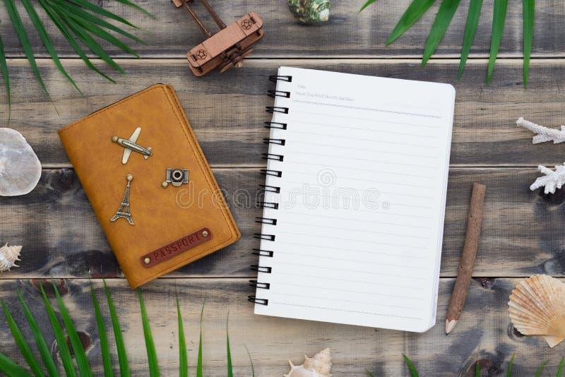 Mieszkania nieatutowy pusty notepad z paszport książką, skorupami i palma liśćmi, Wakacyjny tropikalny plażowy podróż wakacje poj obraz royalty free